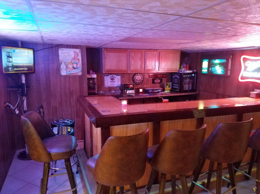 Basic L Shaped Basement Home Bar